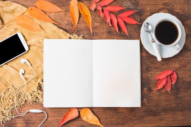 Composición de otoño vista superior con cuaderno abierto
