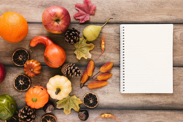 Composición de otoño vista superior con espacio de copia