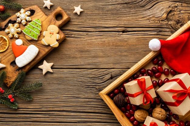 Composición de pan de jengibre navideño con espacio de copia