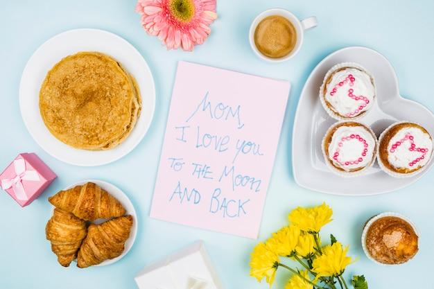 Composición de panadería, flores y papel con palabras.