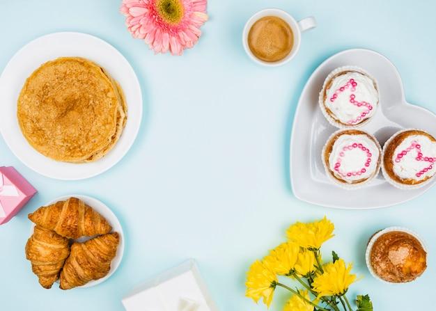 Composición de panadería, flores y regalos.