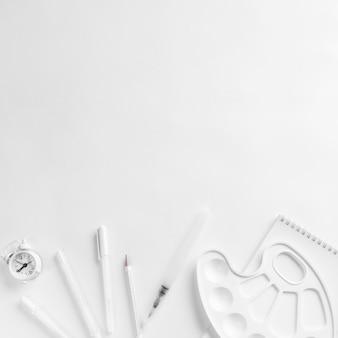 Composición de papelería blanca para herramientas de dibujo.