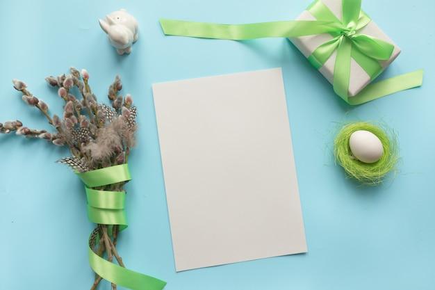 Composición de pascua. en blanco para menú, receta o invitación. manojo de sauce en azul.