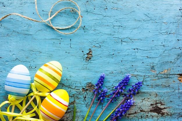 Composición de pascua con coloridos huevos de pascua, conejito. tarjeta de pascua con espacio de copia.