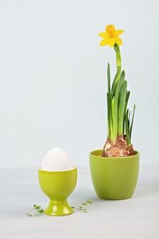 Composición de pascua con flores y huevos.