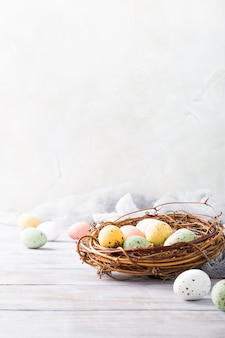 Composición de pascua de huevos de codorniz en el nido.