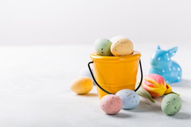 Composición de pascua con huevos de codorniz y tulipanes