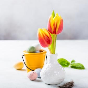 Composición de pascua con tulipanes de primavera