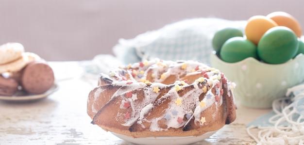 Composición con pastel dulce de pascua y huevos