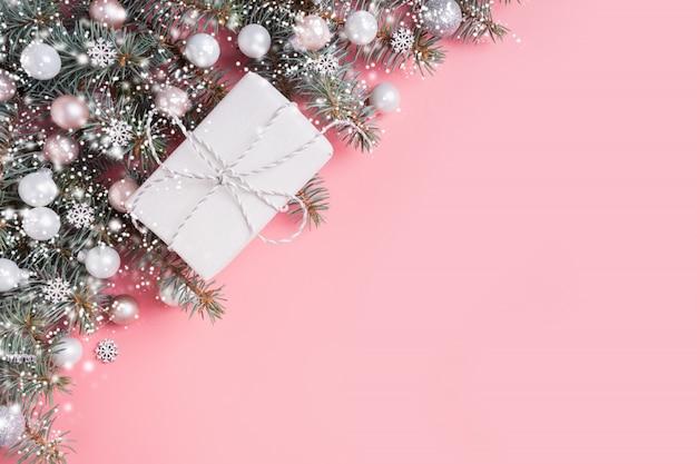 Composición de pastel de navidad con regalo blanco sobre rosa. marco de navidad con copyspace. vista desde arriba.