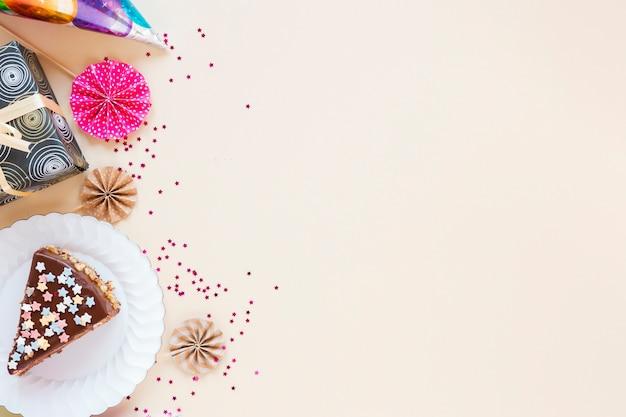 Composición con pastel en rodajas y copia espacio
