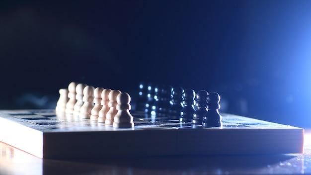 Composición de las piezas de ajedrez en tablero de ajedrez.