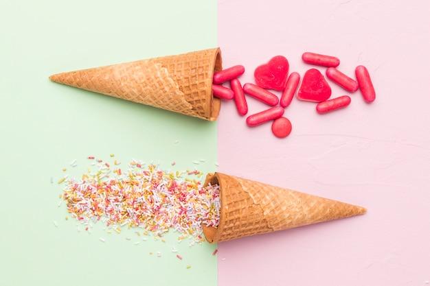 Composición de píldoras rojas brillante vestidor y conos de helado