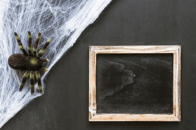 Composición de pizarra de halloween con araña