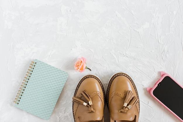 Composición plana con accesorios elegantes para mujer