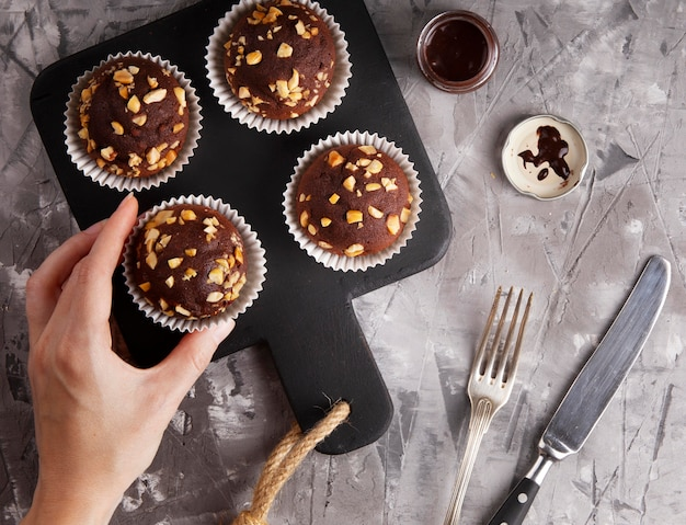 Composición plana de cupcakes de chocolate