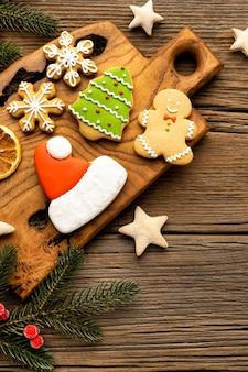 Composición plana de deliciosos panes de jengibre navideños