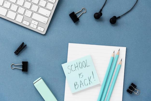 Composición plana de elementos de bodegón de regreso a la escuela