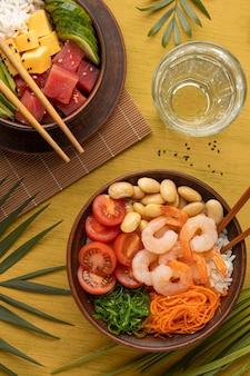 Composición plana endecha de delicioso poke bowl
