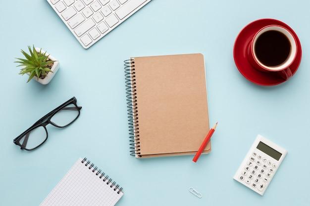 Composición plana de escritorio de oficina con bloc de notas