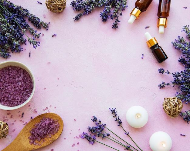 Composición plana con flores de lavanda y cosmética natural.