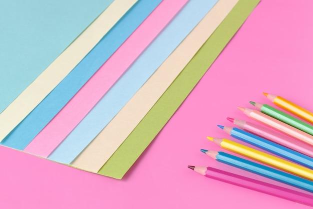 Composición plana de geometría de papeles de color