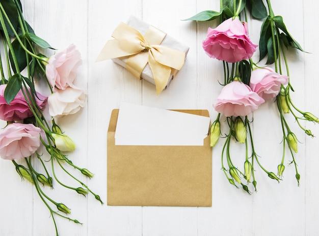 Composición plana laica - sobre carta y un regalo.