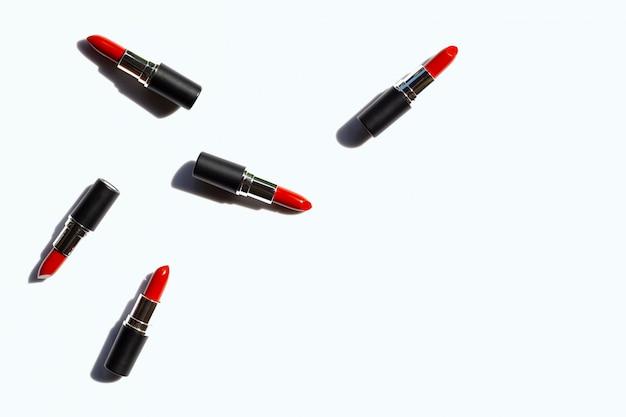 Composición plana laico, lápices labiales en blanco con sombra. hermoso concepto de maquillaje
