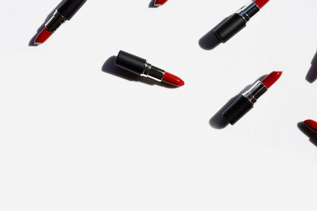 Composición plana laico, lápices labiales con sombra. hermoso concepto de maquillaje