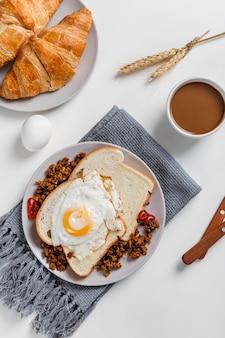 Composición plana laicos de sabrosos gofres de desayuno