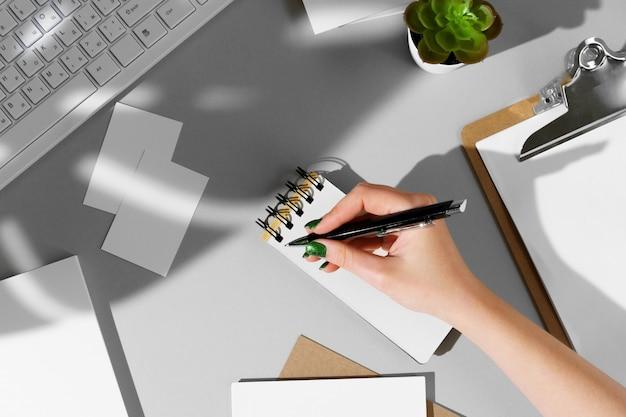 Composición plana con maqueta de papelería en blanco