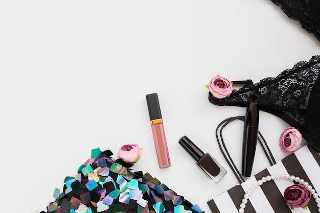 Composición plana con maquillaje y ropa interior.