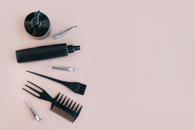 Composición plana de la mínima con herramientas de salón de pelo negro