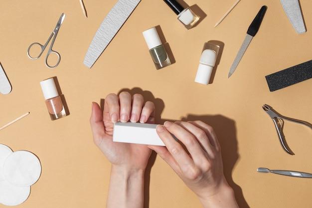 Composición plana de naturaleza muerta de productos para el cuidado de las uñas