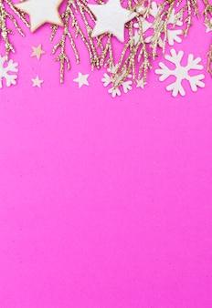 Composición plana de navidad con abeto y ramitas doradas.