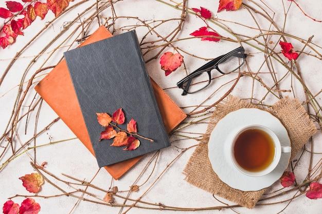 Composición plana de otoño con café y cuadernos.
