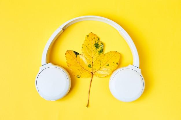 Composición plana de otoño con hojas realistas sobre fondo naranja hola octubre otoño