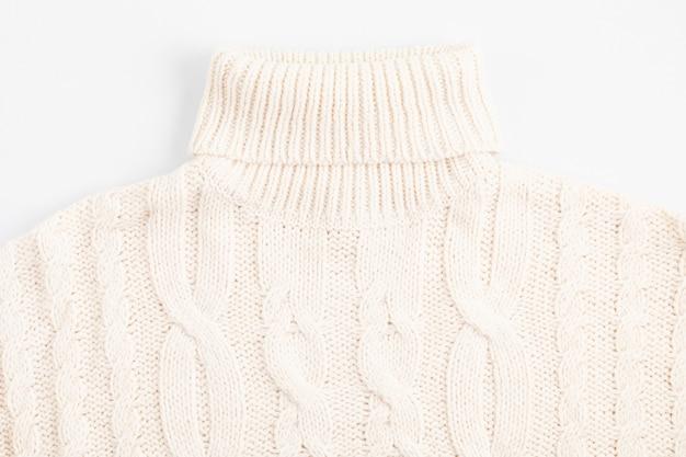 Composición plana de otoño con suéter cálido y confortable.