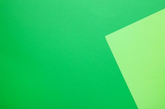 Composición plana de papeles de color con verde claro y oscuro