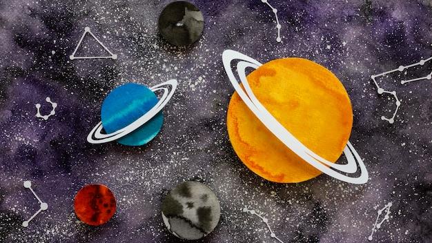 Composición plana de planetas de papel creativos.
