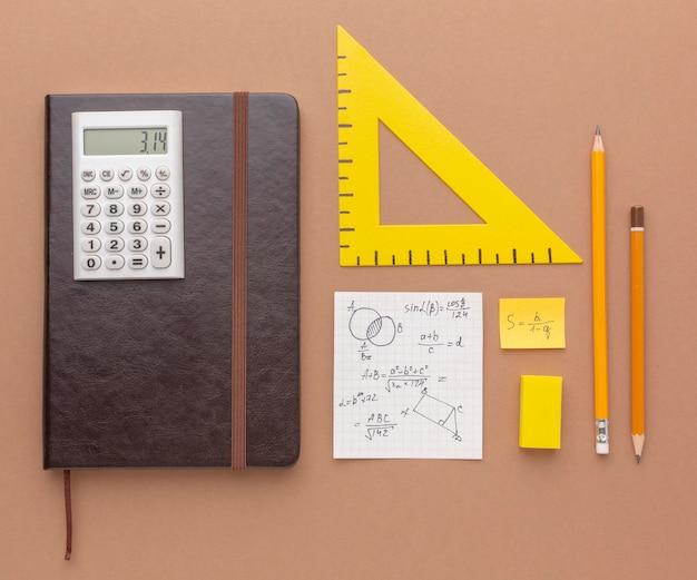 Composición plana de útiles escolares.
