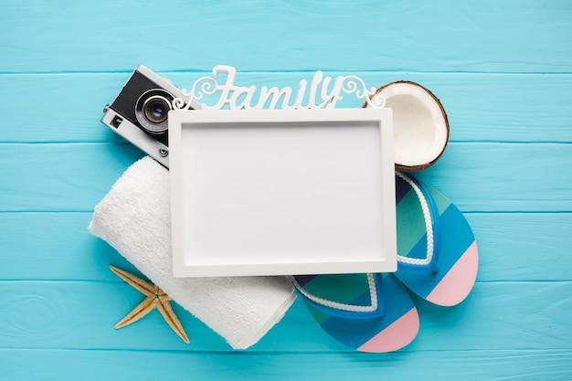 Composición plana de vacaciones con marco de fotos.