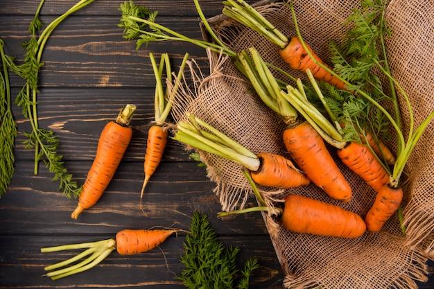 Composición plana de zanahorias