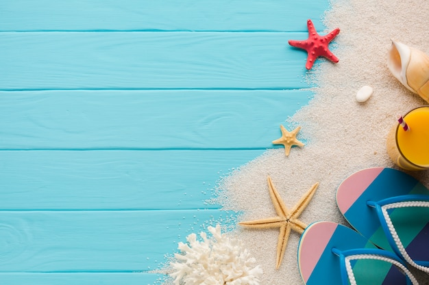 Composición en plano de arena y accesorios de playa.