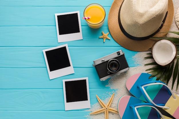 Composición en plano con fotos polaroid y accesorios de playa.