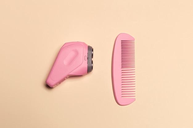 Composición en plano con herramientas de peluquería profesional en color.