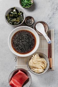 Composición de plato japonés de vista superior