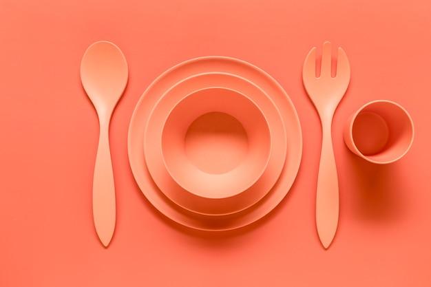Composición de plato de plástico rosa servido.