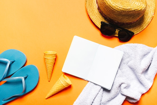 Composición de la playa con el cuaderno sobre fondo brillante