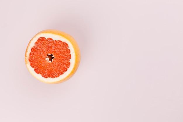 Composición de pomelo sabroso rojo maduro